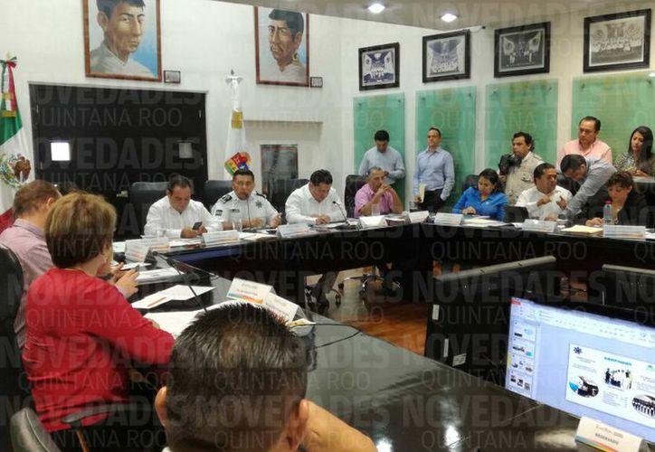 Al término del encuentro, los diputados locales, entre ellos Eduardo Martínez Arcila, presidente de la Gran Comisión coincidieron en la necesidad de reforzar el tema de seguridad pública, también con la asignación de mayor presupuesto. (Joel Zamora/SIPSE)