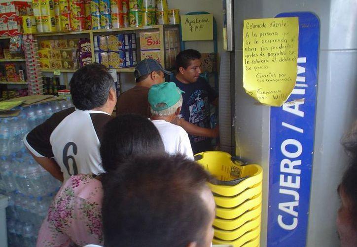 Después de viajar desde sus comunidades se llevaron la sorpresa de que el cajero estaba descompuesto. (Carlos Yabur/SIPSE)