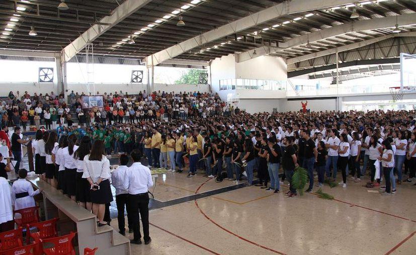 Los jóvenes se comprometieron a seguir a Cristo. (Foto: Jorge Acosta/Milenio Novedades)