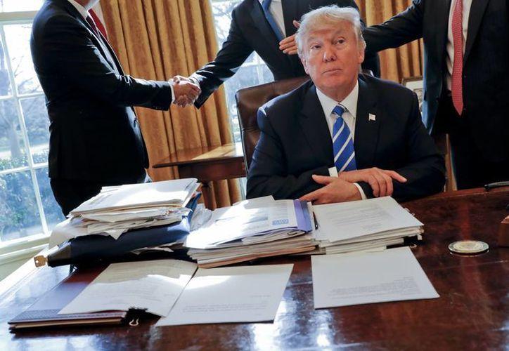Además del decreto contra los cárteles en EU, el Presidente firmó dos acciones ejecutivas más. (AP/Pablo Martinez Monsivais)