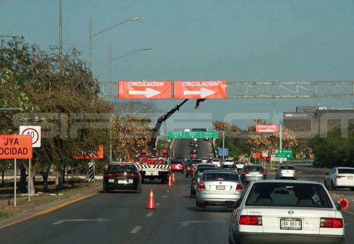 Desde este viernes se están colocando los señalamientos en la zona para el cierre de la vialidad. (Jorge Acosta/Milenio Novedades)