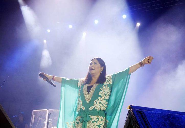 Ana Gabriel complació al público meridano interpretando los temas que la han llevado al éxito por más de tres décadas. (Christian Ayala/SIPSE)