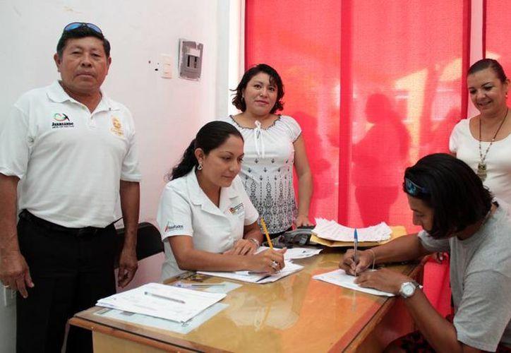 La Dirección del Trabajo entregó los apoyos a los becarios. (Redacción/SIPSE)