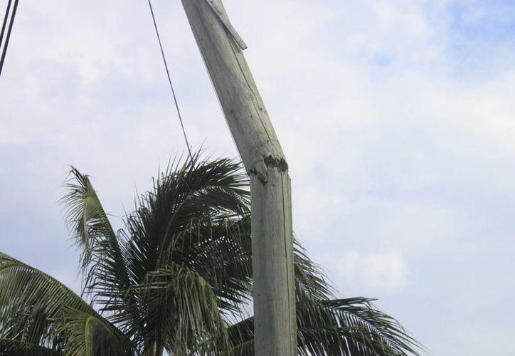 El deterioro de los postes deriva de la humedad, así como la conclusión de su período de vida. (Harold Alcocer/SIPSE)