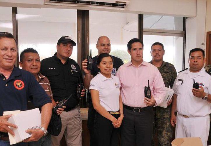El alcalde y los representantes de corporaciones de seguridad. (Cortesía/SIPSE)