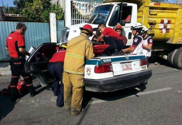 En la Supermanzana 63 un taxi fue impactado por un volquete. (Redacción/SIPSE)