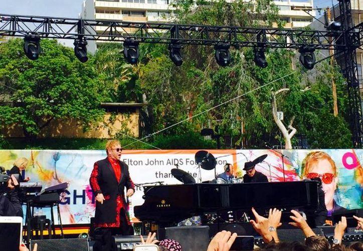 """El concierto fue para 'agradecer a Los Ángeles' por permitir que Elton John organice u fiesta con motivo de los Premios Oscar, en la recaudarán """"millones"""" para su fundación Elton John AIDS que lucha contra el SIDA. (twitter/@AOL)"""
