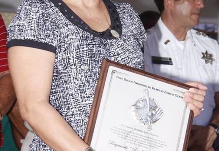 Ana Camargo Vda. de Torres recibió un diploma con el nombre de su fallecido esposo, Ray Torres. (Juan Albornoz/SIPSE)