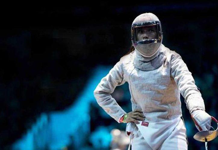 La esgrimista mexicana Úrsula González cuando derrotó a su compatriota Julieta Toledo. (Mexsport)