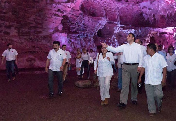 El gobernador de Yucatán, Rolando Zapata Bello, recorre las grutas de Loltún con su nueva iluminación led. (SIPSE)
