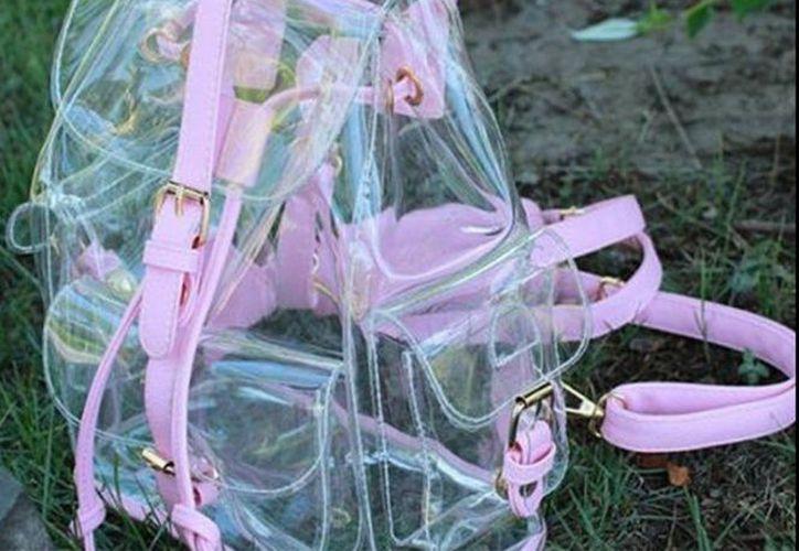 Estudiantes de una secundaria de Nuevo León recibieron como donativo, mochilas transparentes. (Excélsior)