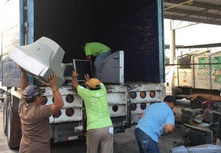 Los materiales son acopiados de manera permanente para evitar que contaminen o se conviertan en criaderos de moscos. (Redacción/SIPSE)