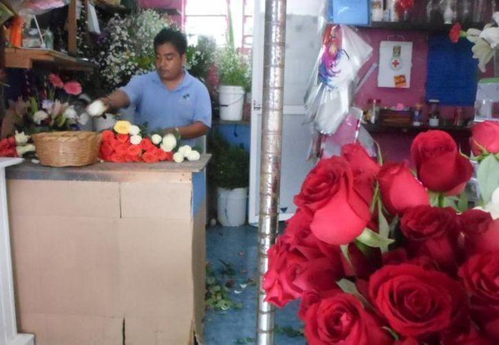 Las rosas rojas son las predilectas para celebrar a las madres. (Yesenia Barradas/SIPSE)
