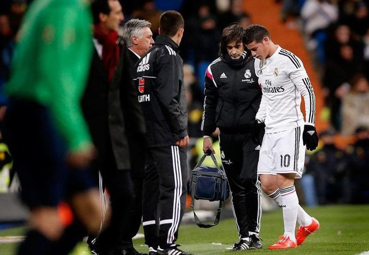 Momento en que el mediocampista colombiano James Rodríguez abandona la cancha, tras lesionarse un hueso del pie, en el partido frente al Sevilla. (Archivo/AP)
