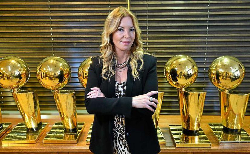 Tras polémico conflicto con sus hermanos, Jeanie Buss se adueña de los Lakers de Los Ángeles. (nbalead.com)