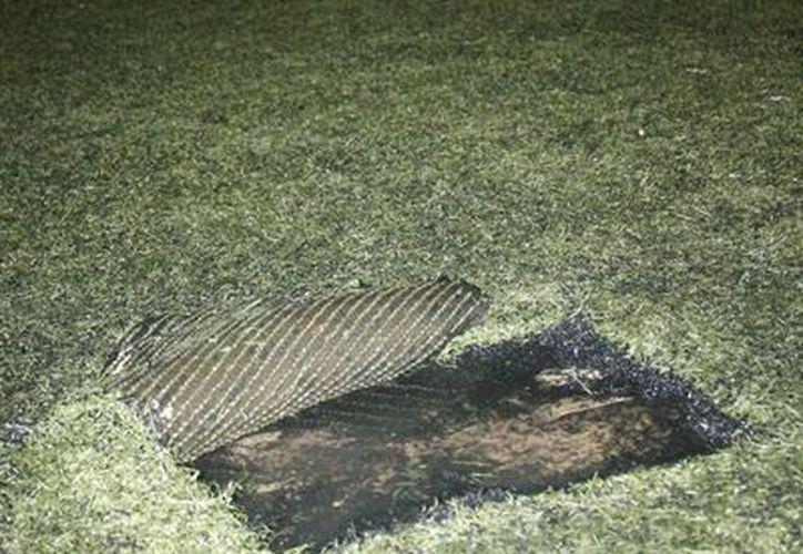 Los desperfectos de la cancha representan un peligro para los deportistas. (Miguel Maldonado/SIPSE)