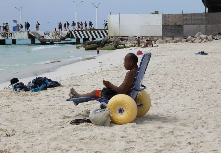 La playa inclusiva de Playa del Carmen recibe diariamente a 10 personas con sus familias durante temporada alta.  (Juan Cano/SIPSE)