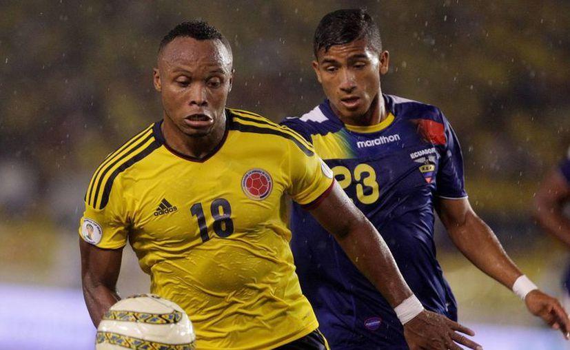 El colombiano Camilo Zúñiga (i) disputa el balón con el ecuatoriano Joao Robin Roja en duelo eliminatorio de la semana pasada. (EFE)