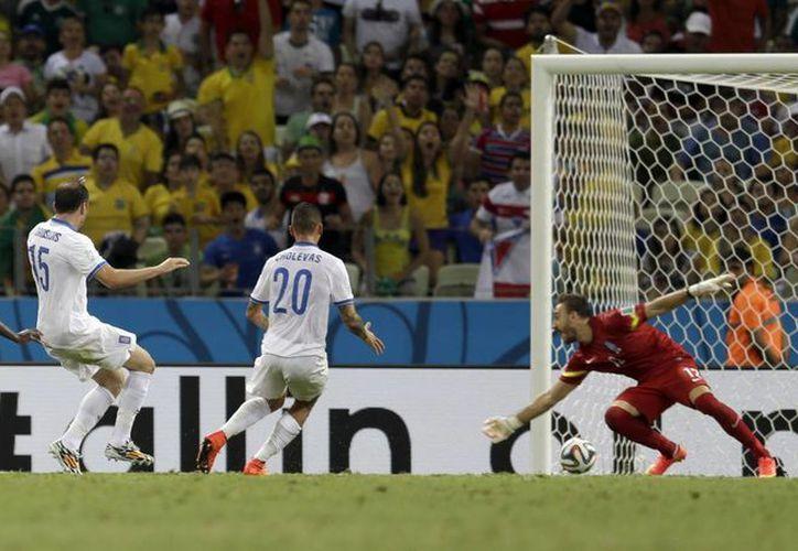 Momento en que el suplente Wilfried Bony (i) anotó el gol de Costa de Marfil. (Foto: AP)