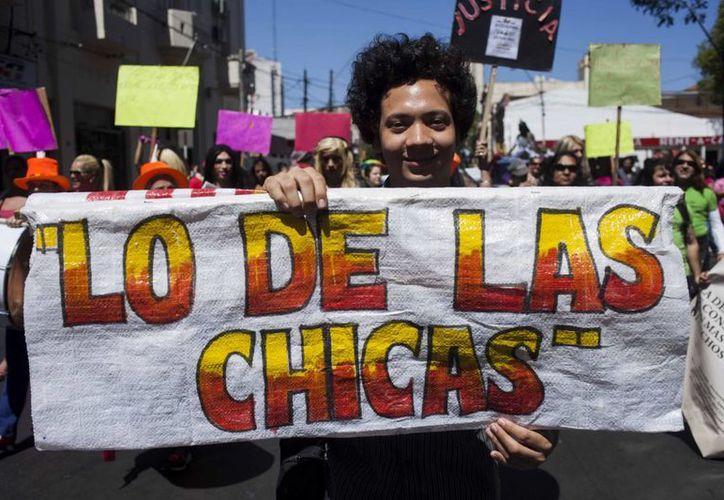 """Un manifestante sujeta un cartel durante la décima """"Marcha del orgullo LGBTI"""" en el centro de Asunción, Paraguay. (EFE)"""