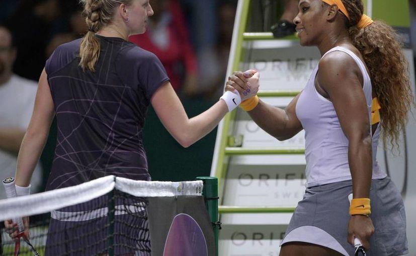 Serena Williams venció sin apuros a Petra Kvitova 6-2, 6-3 y avanzó a las semifinales del Campeonato de la WTA. (Agencias)