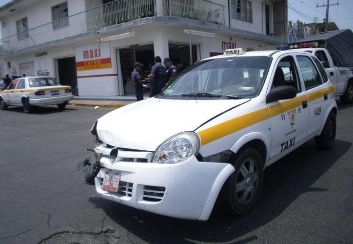 Los daños para la unidad de taxi fueron valuados en $7 mil. (Redacción/SIPSE)