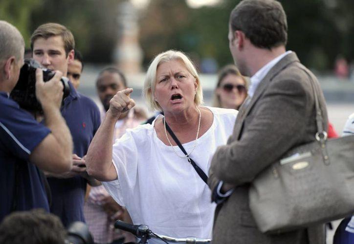 """""""Regresen a trabajar"""", les grita Cathryn Carroll, de Washington, D.C., a un grupo de legisladores republicanos que están en las escalinatas del Senado. (Agencias)"""