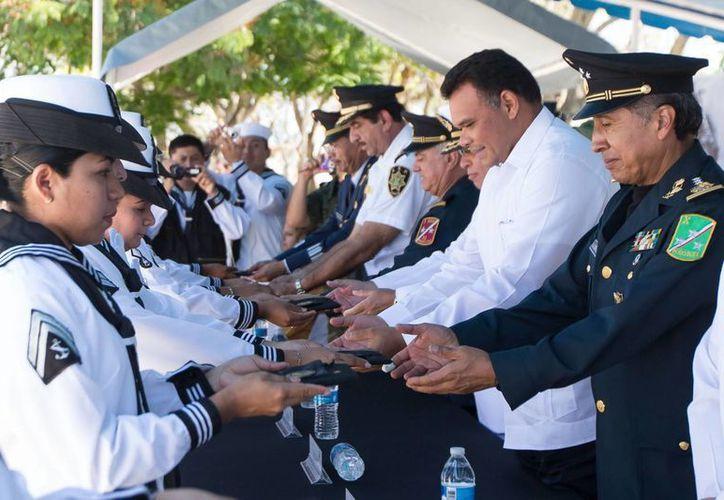 Junto con autoridades navales, el gobernador Rolando Zapata Bello entregó Condecoraciones de Perseverancia a elementos de la IX Zona Naval. (SIPSE)