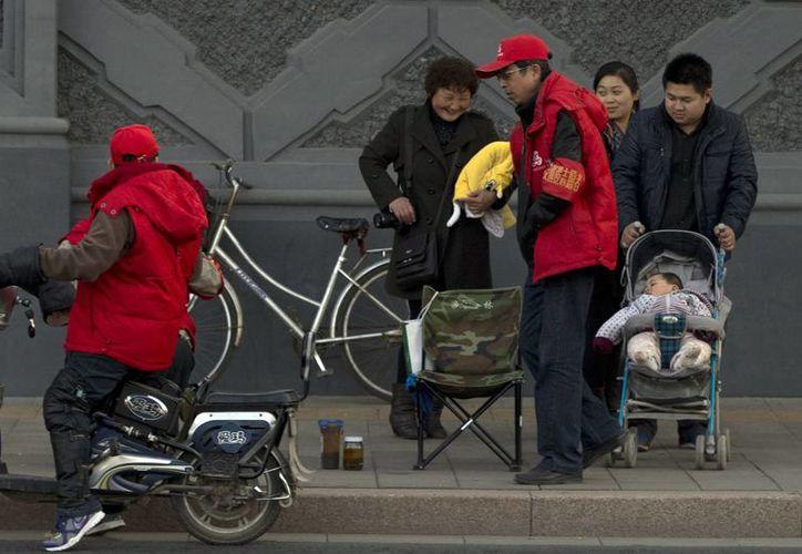 El gobierno chino sostiene que la política de un solo hijo sacó a infinidad de familias de la pobreza. (Agencias)