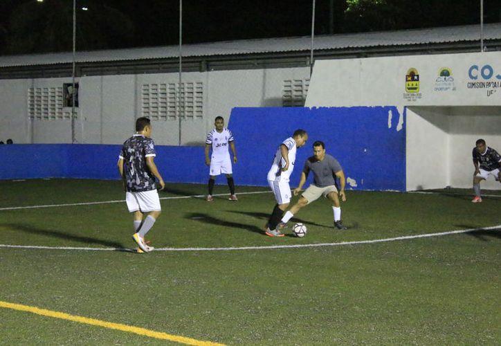 La actividad continuó con el intenso duelo en el que el Hotel Costa Azul derrotó por reñido marcador de 4-3 a los empleados de Aurrera Norte. (Miguel Maldonado/SIPSE)