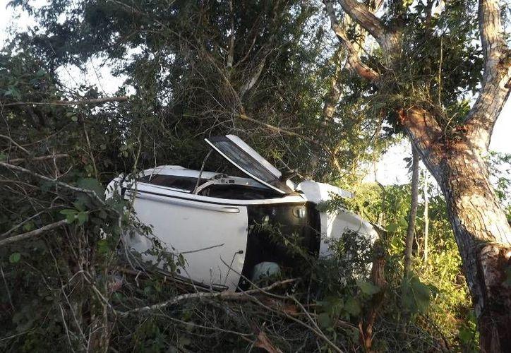Un vehículo en el que viajaban cuatro personas, procedentes de Cancún,  volcó tras estallar de una de las llantas. (Luigi Domínguez/SIPSE)