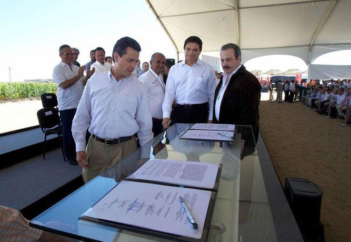 El presidente Enrique Peña Nieto junto con el gobernador de Sinaloa, Mario López Valdez,  y el secretario de Agricultura, Enrique Martínez y Martínez. (Notimex)