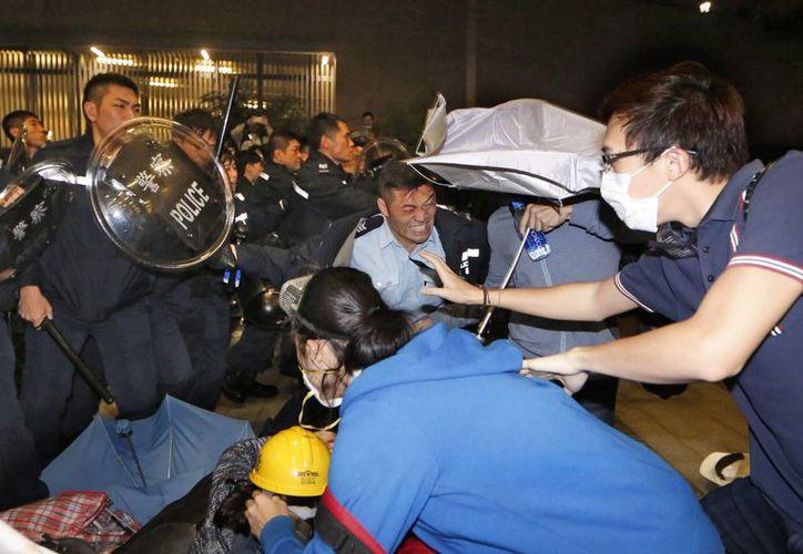 Los policías se enfrentaron a los manifestantes que se encontraban en el lugar. (Agencias)