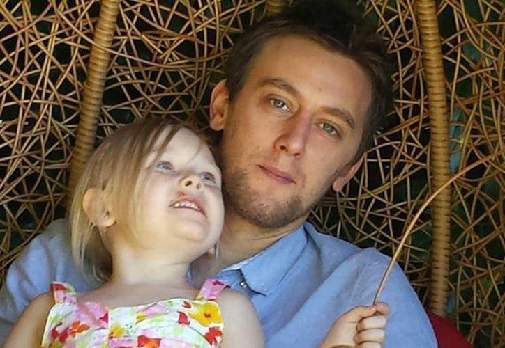 Tom Attwater se ha dedicado a recolectar fondos para el tratamiento de su hija. (facebook.com/champagnesupernova999)