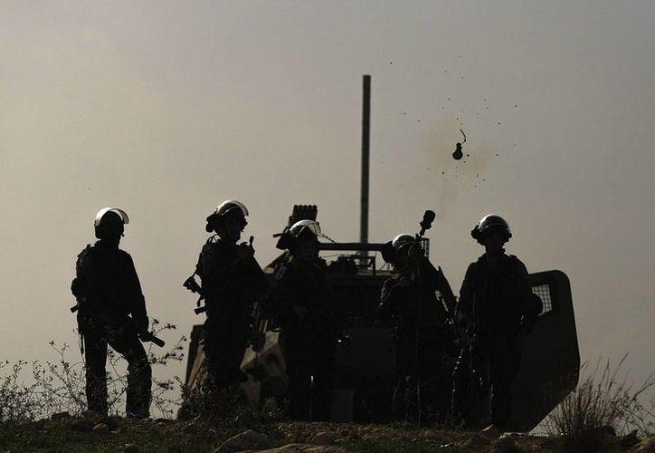 Soldados israelíes, durante un enfrentamiento en Bilin. (Archivo/EFE)