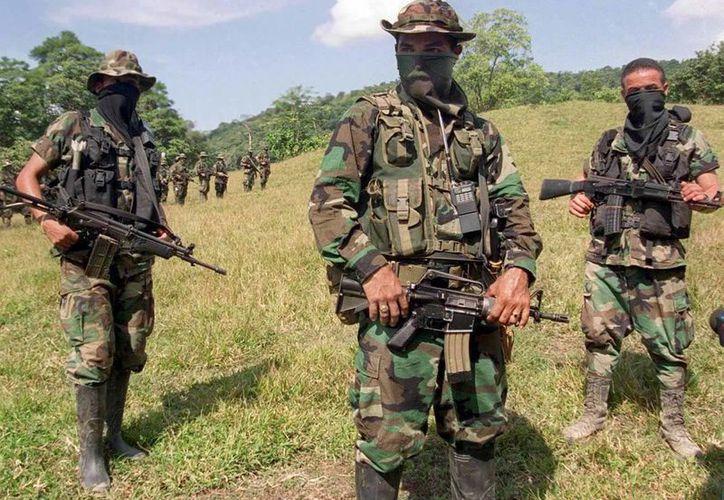 Integrantes del grupo paramilitar Autodefensas Unidas de Colombia en el año 2000. Expertos indican que esta forma de organización es un 'gobierno paralelo'. (Archivo/Agencias)