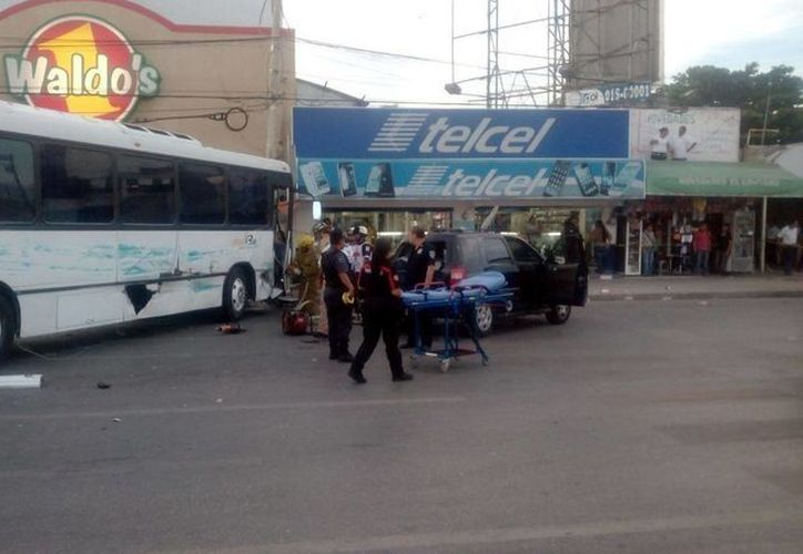 Arribaron paramédicos para atender a los lesionados. (Eric Galindo/SIPSE)