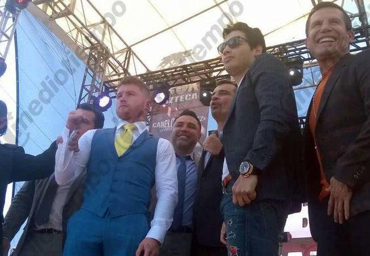 Los boxeadores mexicanos Saúl 'Canelo' Álvarez y Julio César Chávez Jr. iniciaron este lunes en la Ciudad de México la gira promocional de su pelea en Las Vegas. Este mismo lunes viajaron a Nueva York, el jueves estarán en Houston y el viernes en Los Ángeles. (mediotiempo.com)