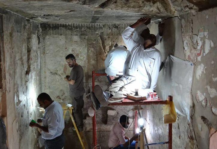 El grupo de especialistas del INAH ha reconstruido en una tumba de Egipto al menos 200 fragmentos de relieves en los que se narra la vida y obra de Puj-Em-Ra. (Notimex)