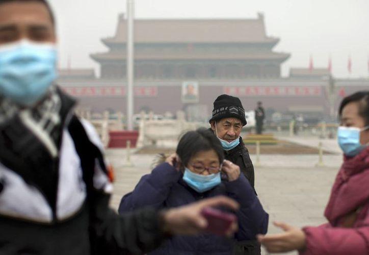 La OMS dijo que las mujeres tienen más probabilidades de desarrollar alguna enfermedad por su contacto con el aire contaminado. (Agencias)