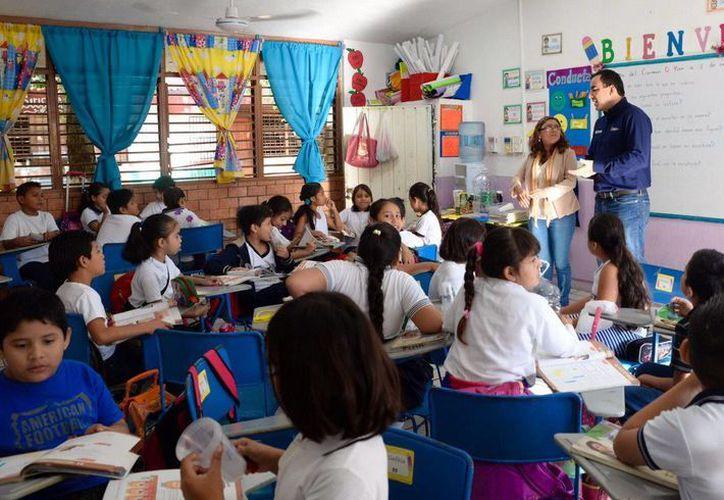 """El secretario de Educación y Cultura, José Alberto Alonso Ovando, hizo un recorrido en la escuela primaria """"Maestro Mexicano"""". (Redacción/SIPSE)"""