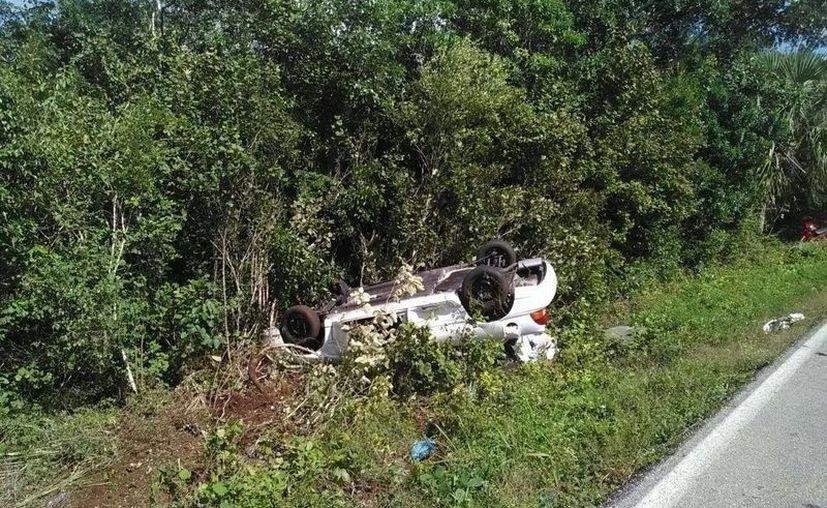 El vehículo terminó volcado a un costado de la carretera. (Redacción)