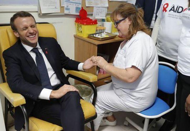 Emmanuel Macron visitó al personal que se ocupa de enfermos de Sida del hospital Delafontaine. (Milenio)