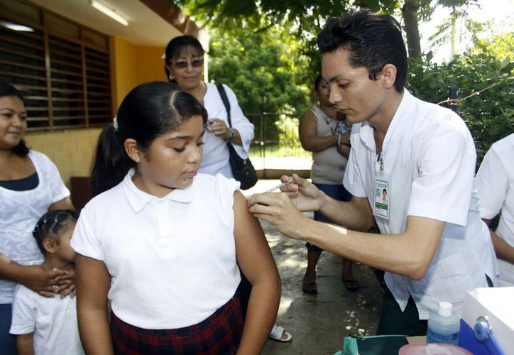Hay que estar pendiente que las niñas no se queden sin su vacuna. (Christian Ayala/SIPSE)