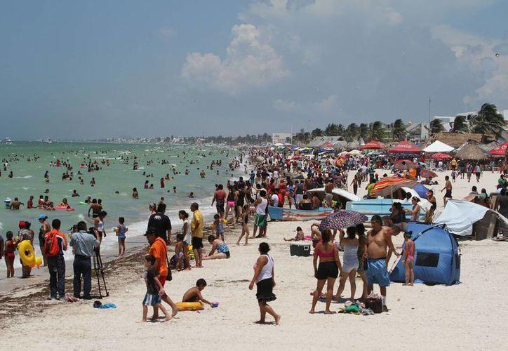 El malecón de Progreso, al igual que su mercado municipal, lució abarrotado en este primer domingo de vacaciones. (Notimex)