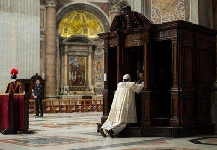 El Papa Francisco en el momento de su confesión en la Basílica de San Pedro en el Vaticano. (EFE)