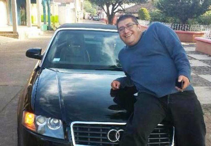 El sacerdote Jorge Manuel Guevara publicó fotografías de mujeres y autos de lujo en su cuenta de Facebook. (Facebook)