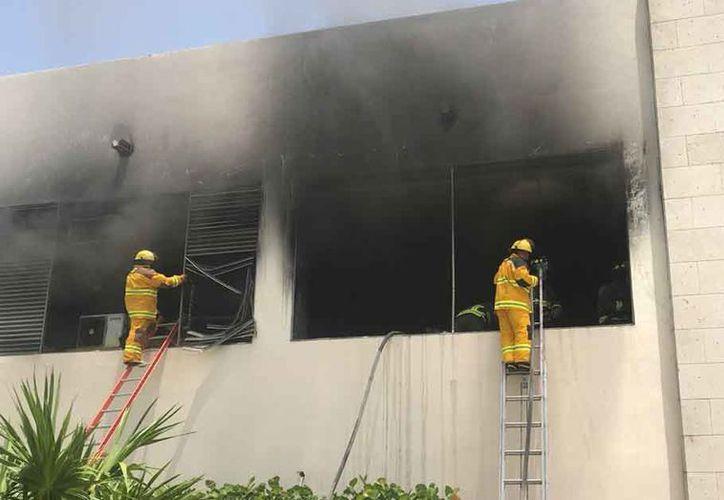 Los bomberos llegaron al lugar para sofocar las llamas. (Redacción/SIPSE)