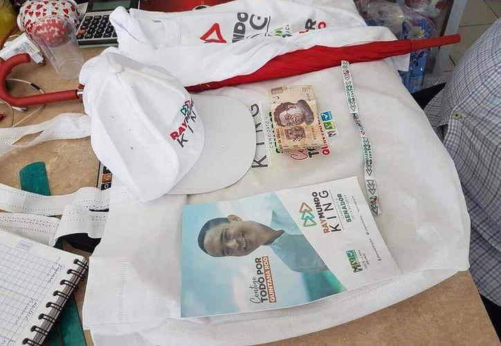 La bolsa que entregan a los ciudadanos contiene propaganda  de Raymundo King, una gorra, playera y el dinero, entre otros elementos. (Joel Zamora/SIPSE)