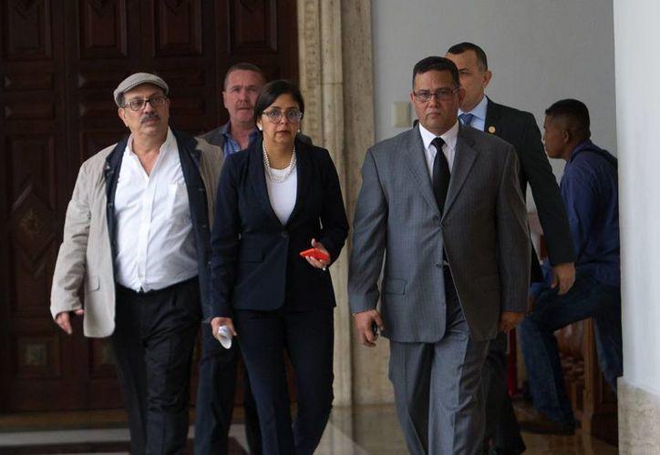 Tres exfuncionarios venezolanos fueron arrestados por corrupción. En la foto, la canciller venezolana, Delcy Rodríguez (2i) y el ministro de Relaciones Interiores, Justicia y Paz de Venezuela, Gustavo González. (EFE/Archivo)